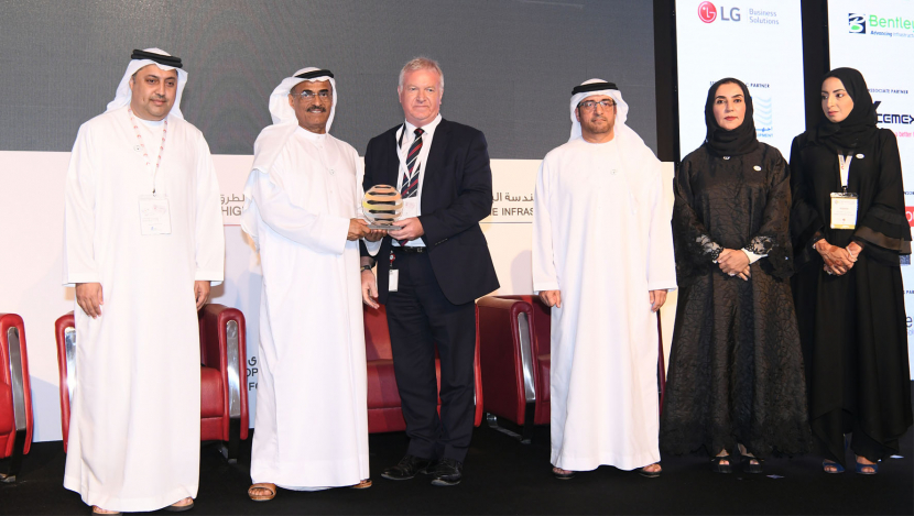 Serco Middle East's CEO David Greer receiving the award from HE Dr. Abdullah Belhaif Al Nuaimi, Minister of Infrastructure Development, UAE.